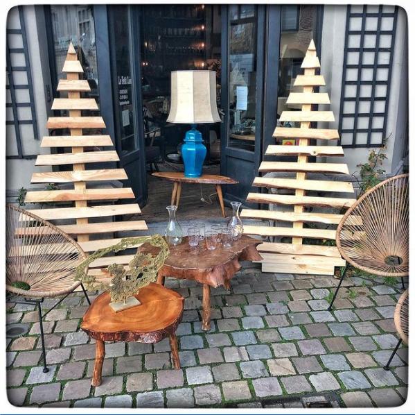 Sapin de décoration et tables basses en bois
